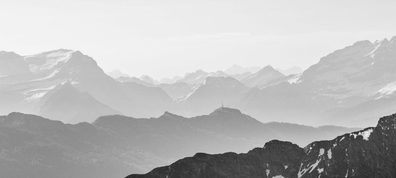 Schwarz-Weiß-Aufnahme des Ausblick vom Passo di Leit auf die umliegenden Gipfel