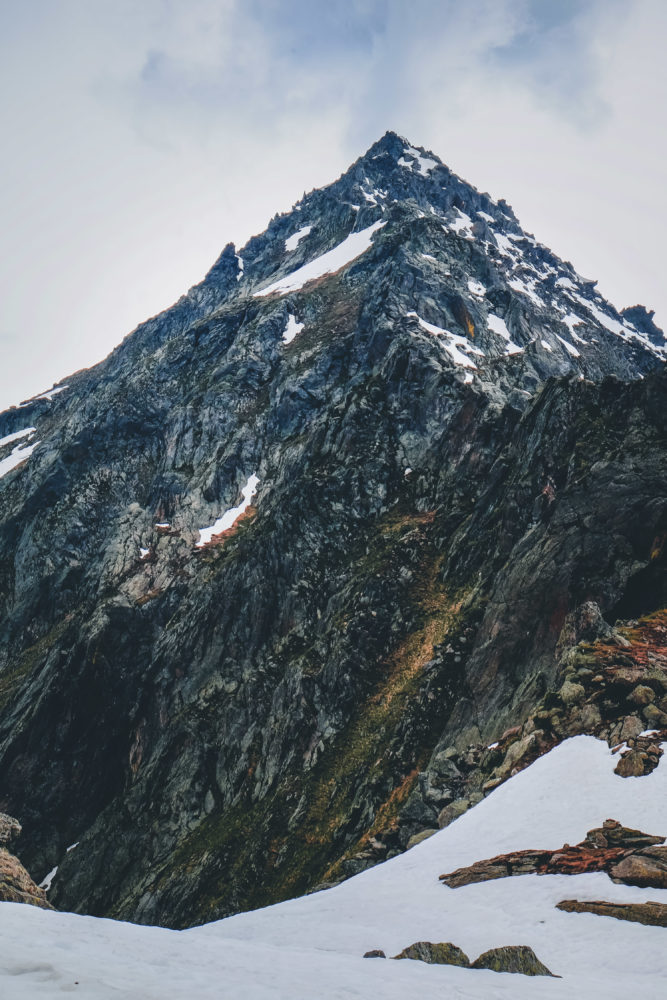 Schroffe Bergspitze mit Schnee im Vordergrund
