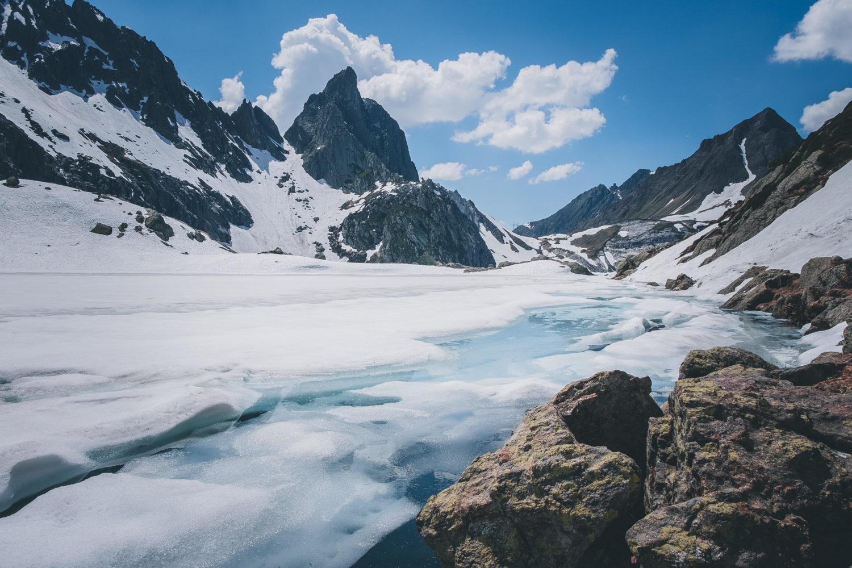Zugefrorener Lago di Leit mit Eis und Schnee