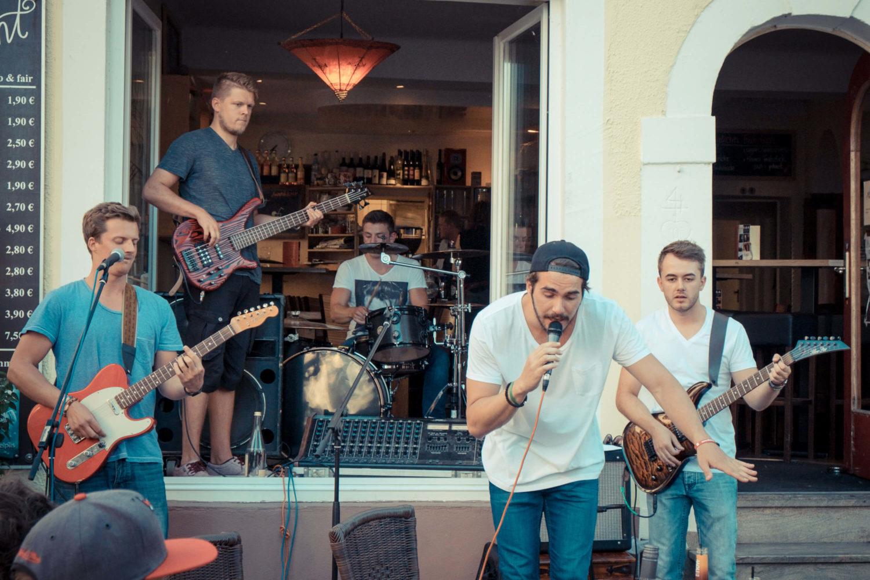 Band Take it baked spielt vor dem Café Akzent Café Akzent in Landau