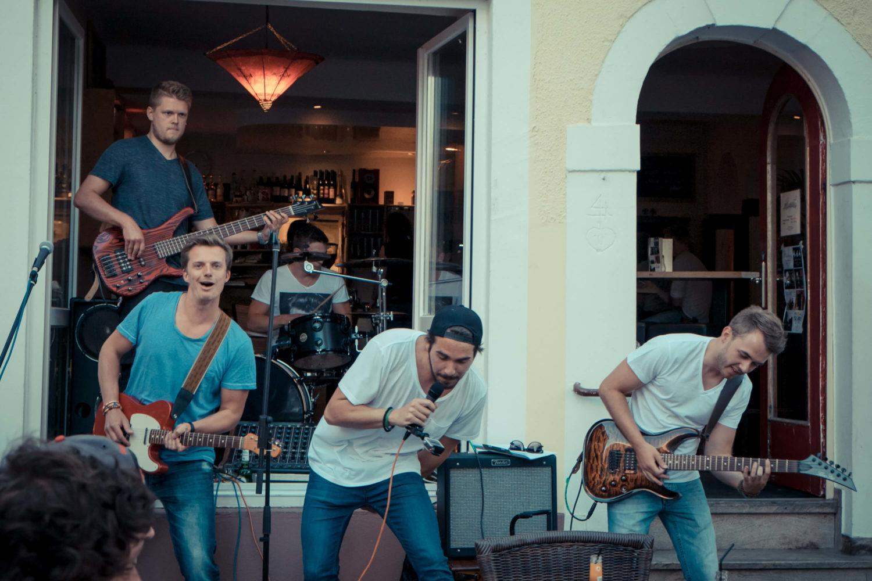 Band Take it baked spielt vor dem Café Akzent