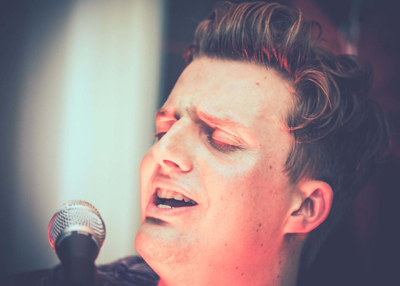Gerog Latz singt am Mikrofon