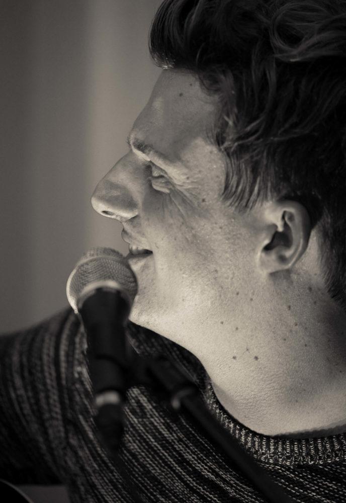 Georg Latz im Profil am Mikrofon