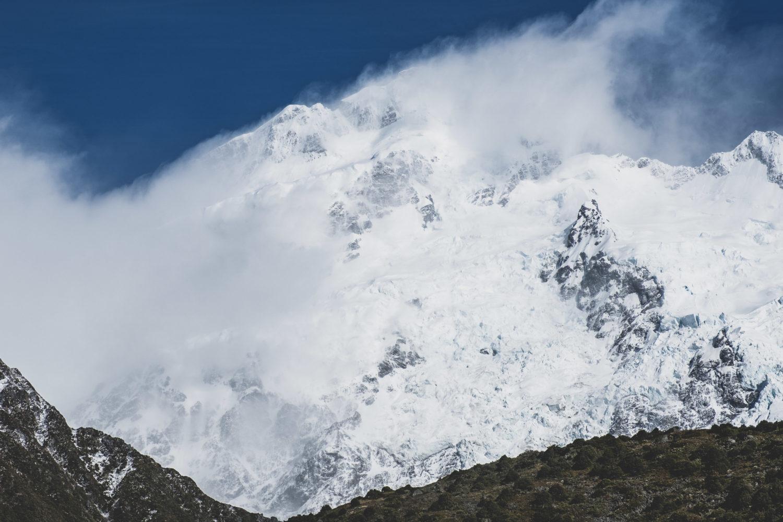 Bergmassiv im Mount Cook Nationalpark mit schneebedecktem Gipfel