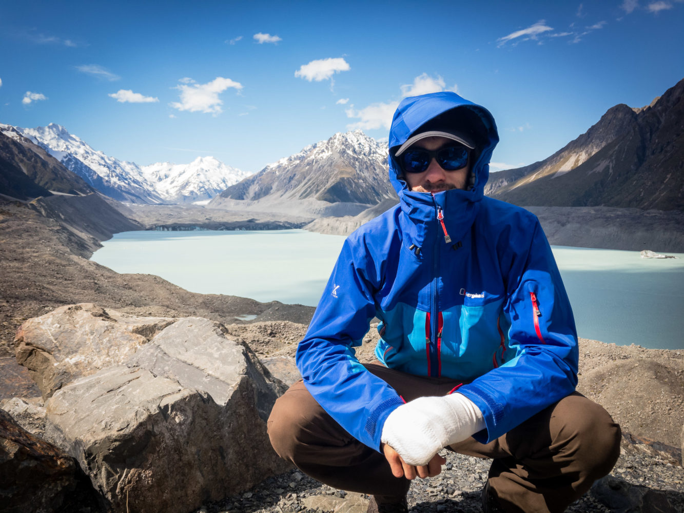 Jan Becker kniet vor Bergkulisse