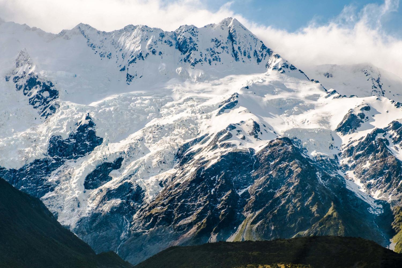 Bergmassiv mit Eis und Schnee