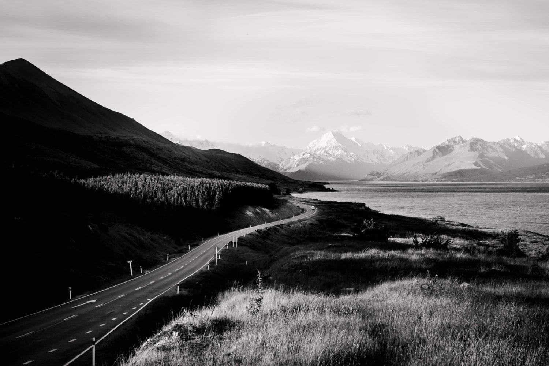 Schwarz-Weiß Aufnahme der Straße zum Mount Cook Nationalpark