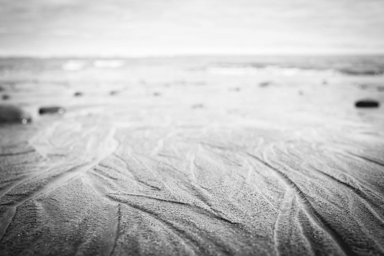 Wasserlinien im Sandstrand auf der Nordinsel in Neuseeland