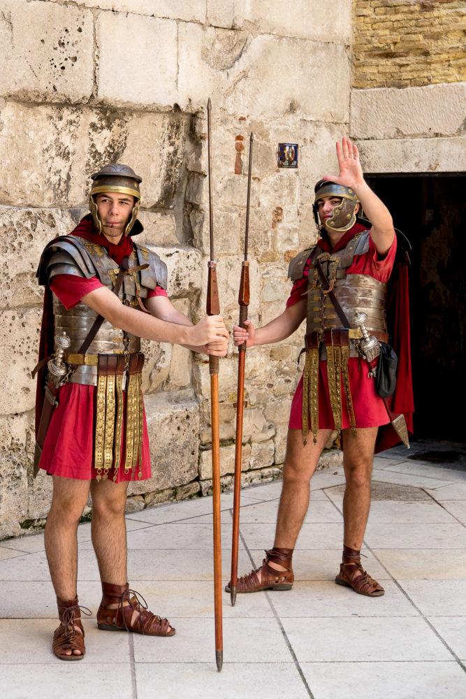Zwei Soldaten im Diokletianpalast in Split in Kroatien