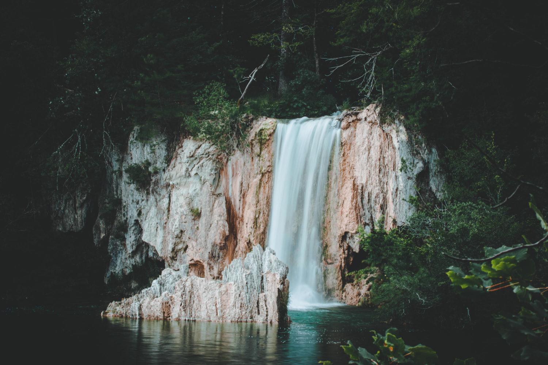Wasserfall im Nationalpark Plitvicer Seen in Kroatien