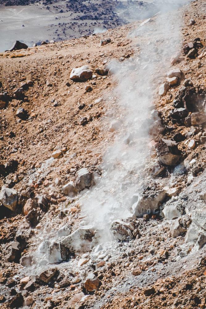 Schwefelgase treten aus dem Gestein aus