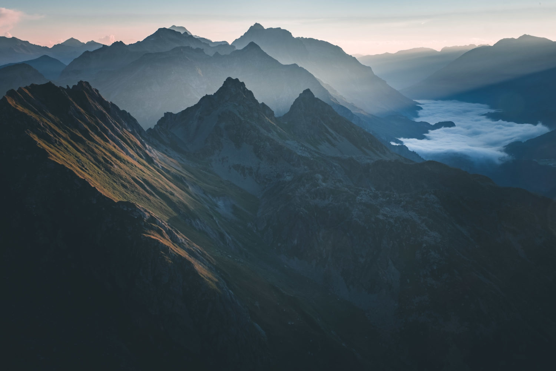 Berghänge angestrahlt von Sonnenstrahlen