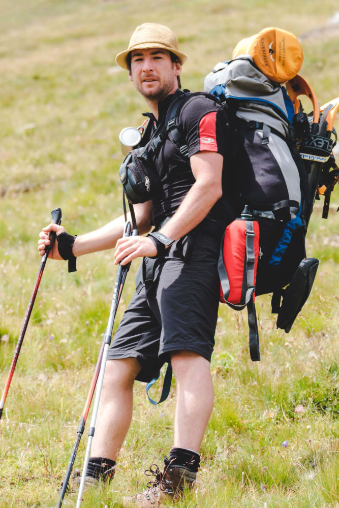 Christopher Püschel mit Wanderrucksack