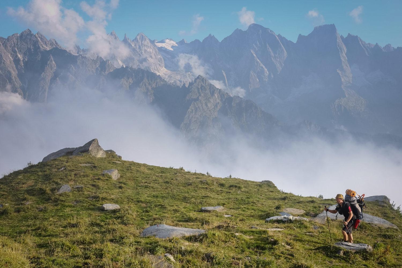 Wanderer vor Bergkulisse