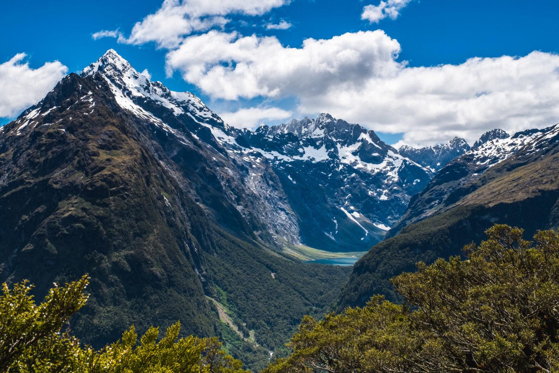 Schneebedeckte Gipfel mit Bergsee dazwischen