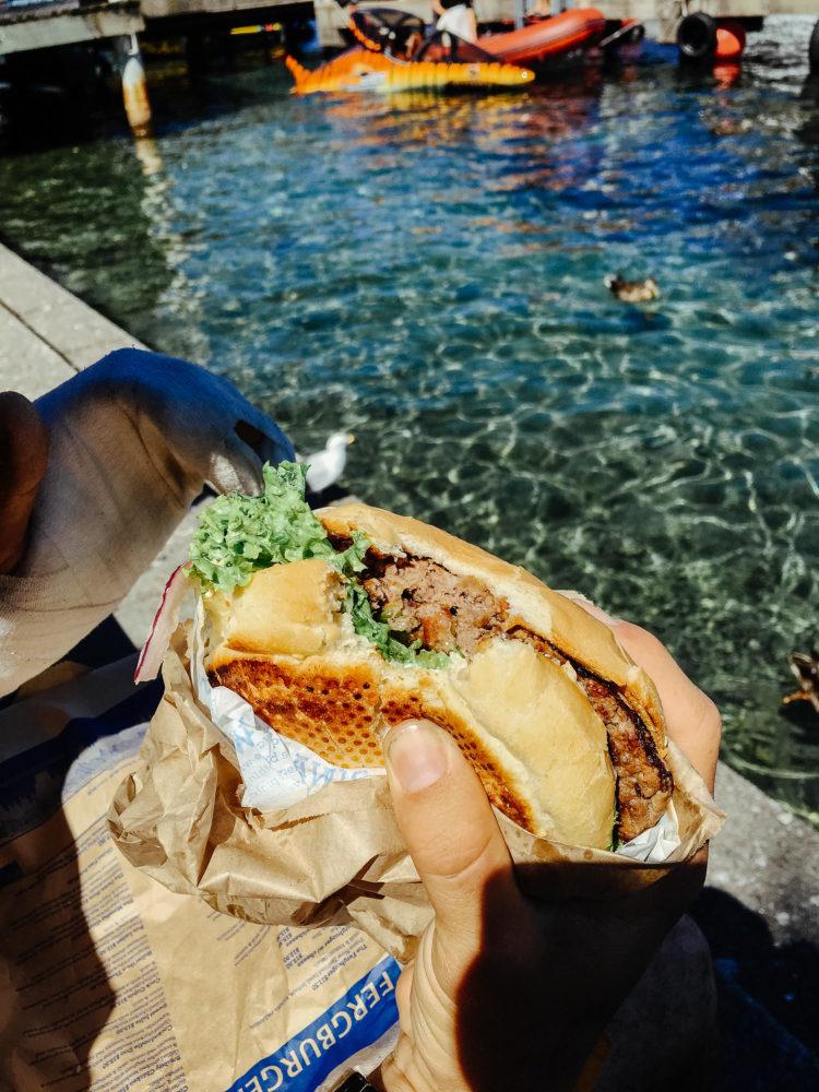 Mr. Big Stuff Burger in einer Hand