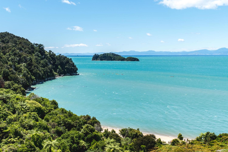 Türkisfarbenes Wasser und Strand im Abel Tasman Nationalpark
