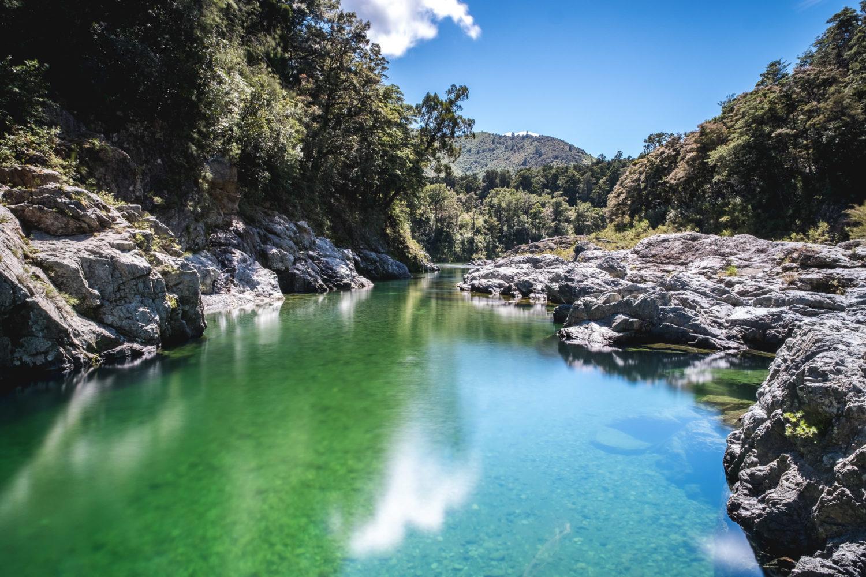 Flusslandschaft mit felsigem Ufer