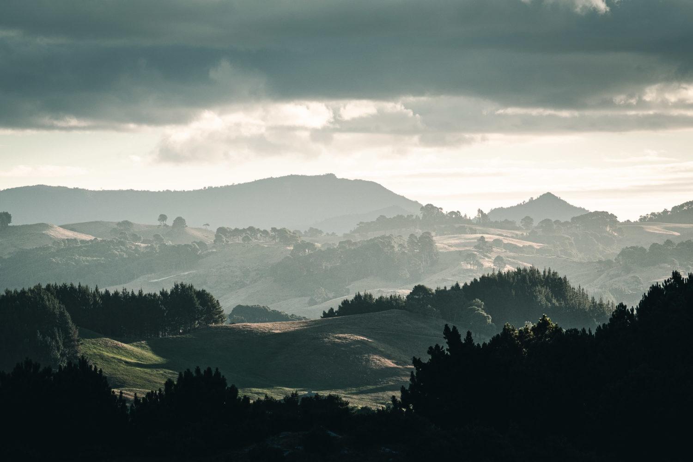 Hügelige Landschaft in diesigem Wetter