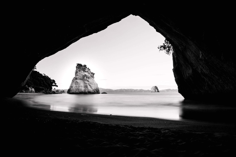 Blick aus der Cathedral Cove auf einen Felsen im Meer