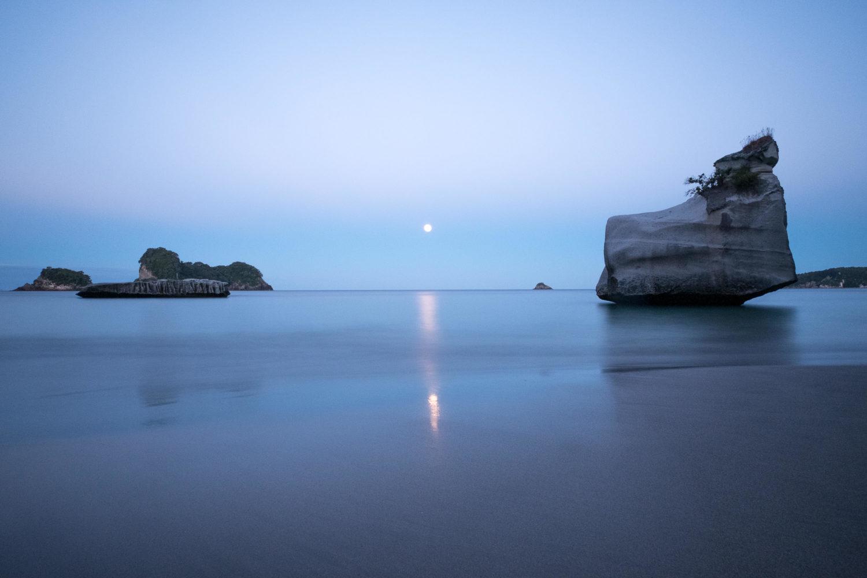 Felsen im Meer am Strand der Cathedral Cove