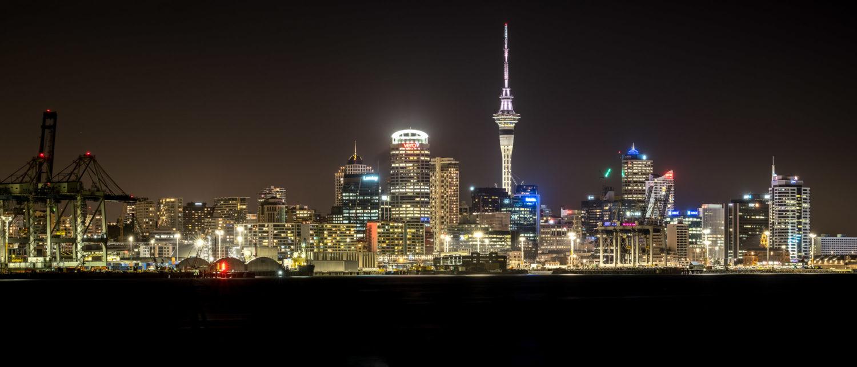 Nachtaufnahme der Skyline von Auckland