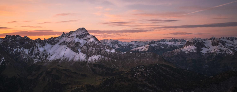 Bergkette beim Sonnenaufgang an der Mindelheimer Hütte
