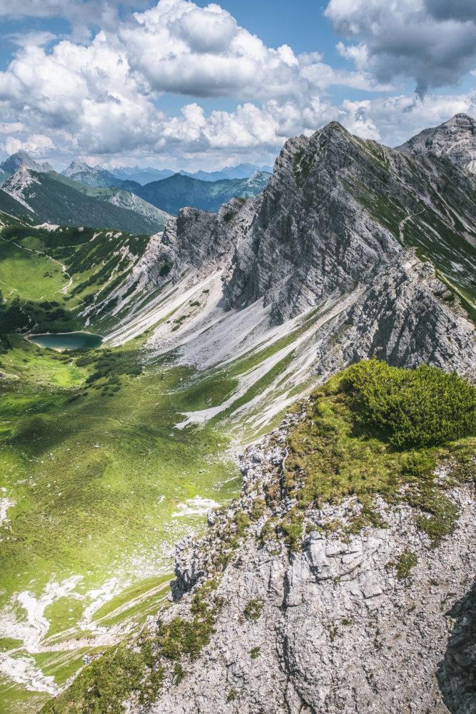 Bergkamm auf dem Jubiläumsweg oberhalb eines Bergsees