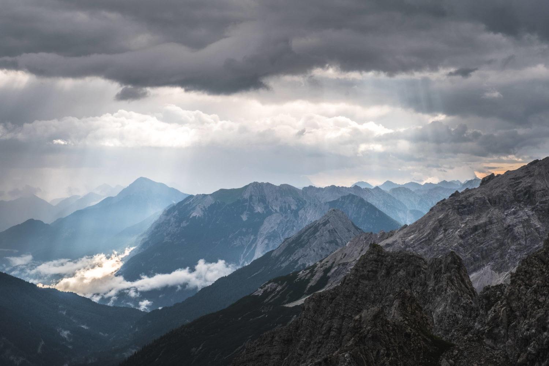 Lichtstrahlen im schroffen Gebirge im Allgäu
