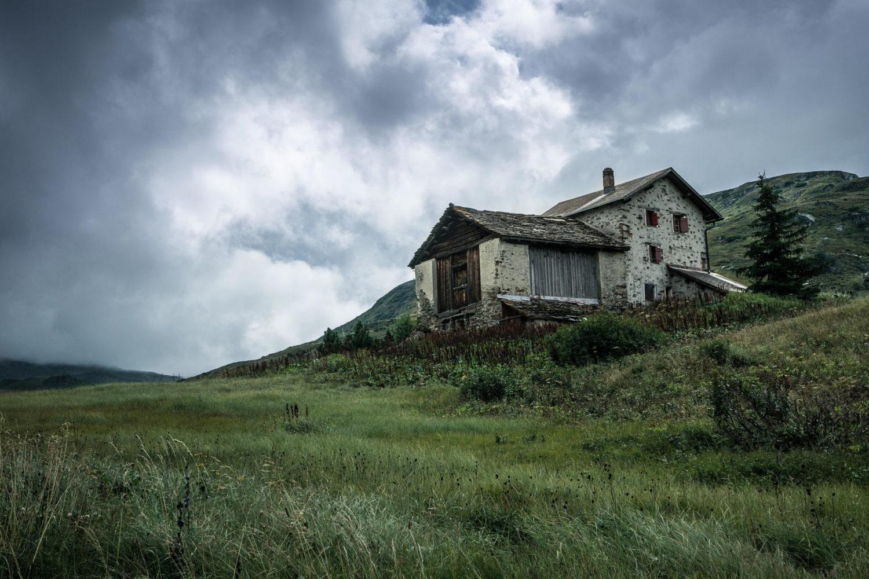 Steinhütte mit Scheune in den Bergen von Bivio