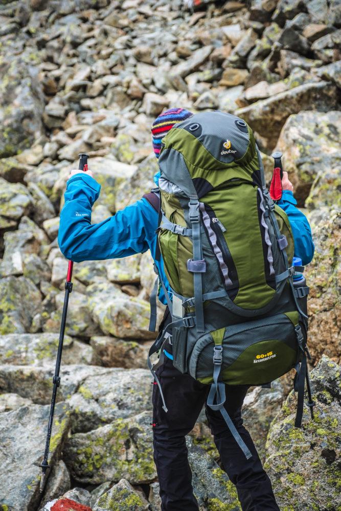 Wanderer mit Stöcken und Rucksack