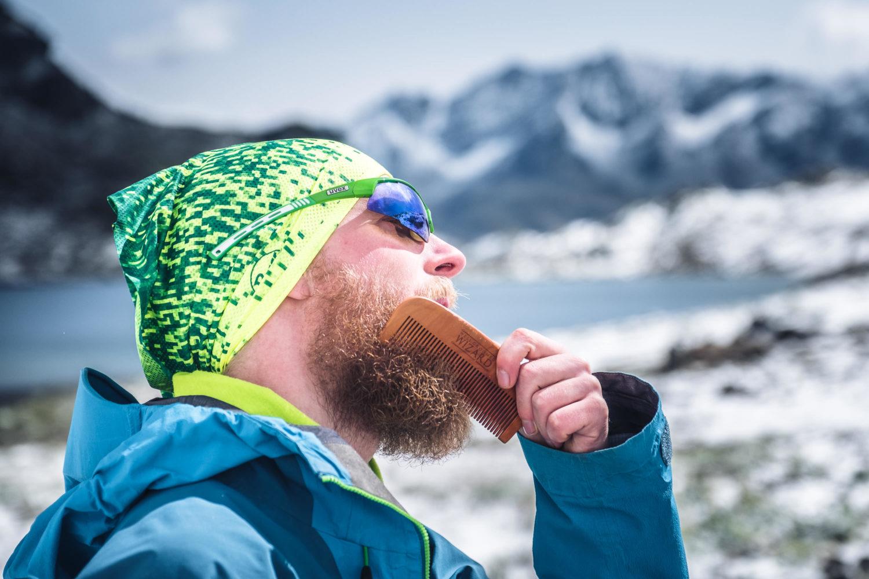 Wanderer kämmt sich den Bart mit einem Kamm