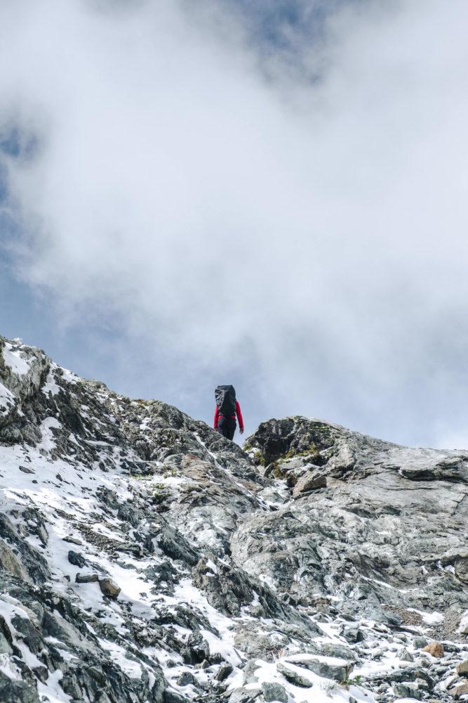 Wanderer erklimmt letzten Meter eines steilen Aufstiegs
