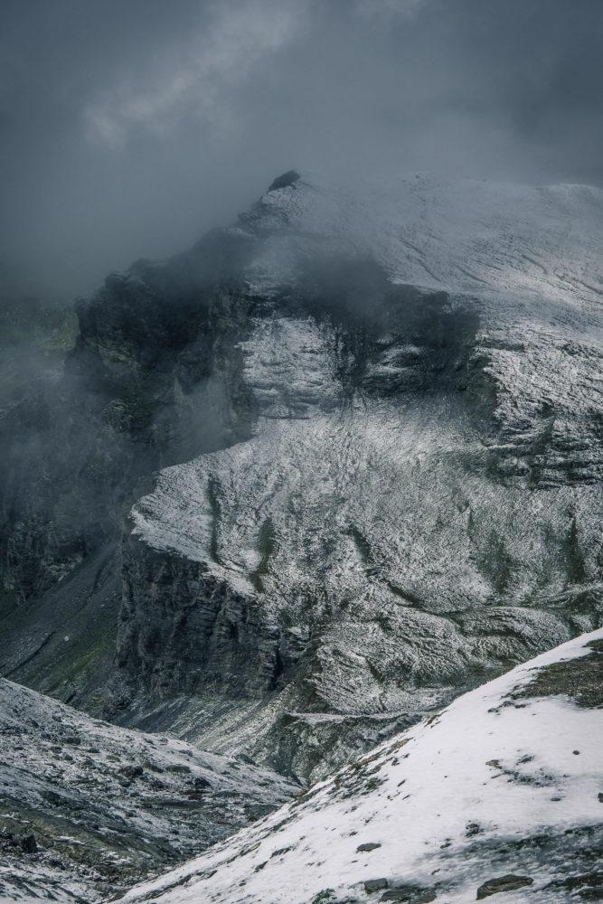 Schneebedeckte Felsen eines Berges