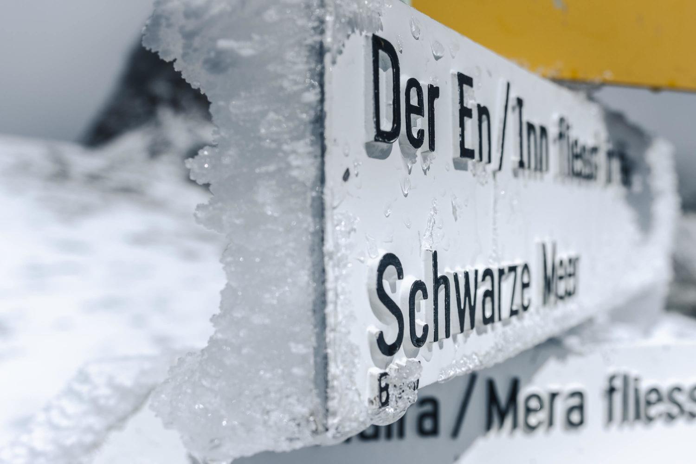 Eingefrorener Wegweise in den Alpen