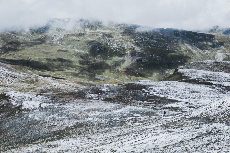 Weiträumige schneebedeckte Landschaft