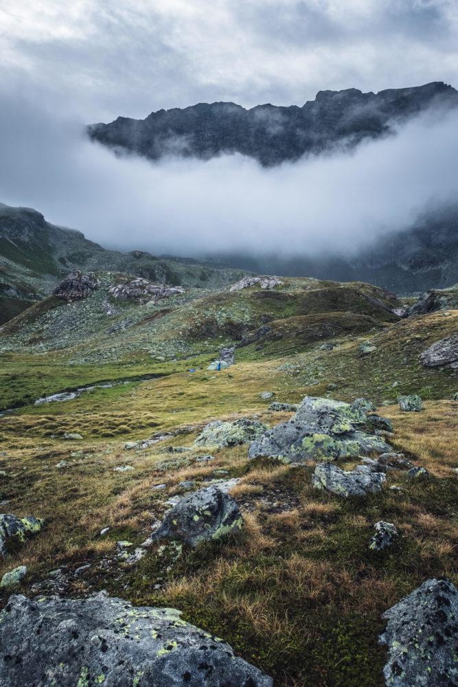 Zeltplatz in alpiner Graslandschaft