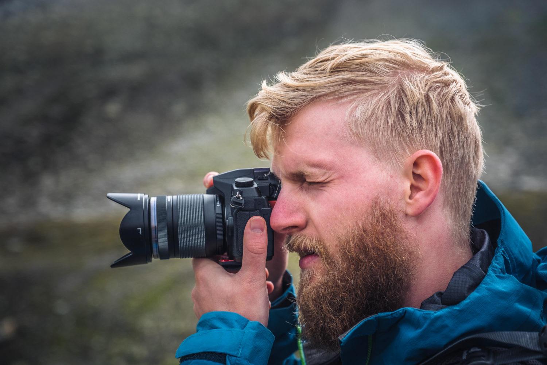 Fotograf mit Kamera von Panaosnic beim Fotografieren