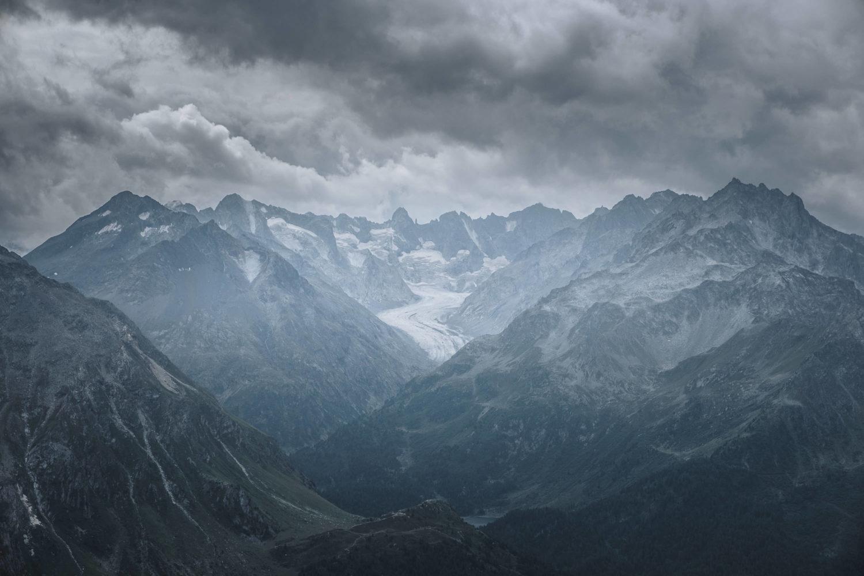 Blick auf Gletscher mit umgebenden Gipfeln