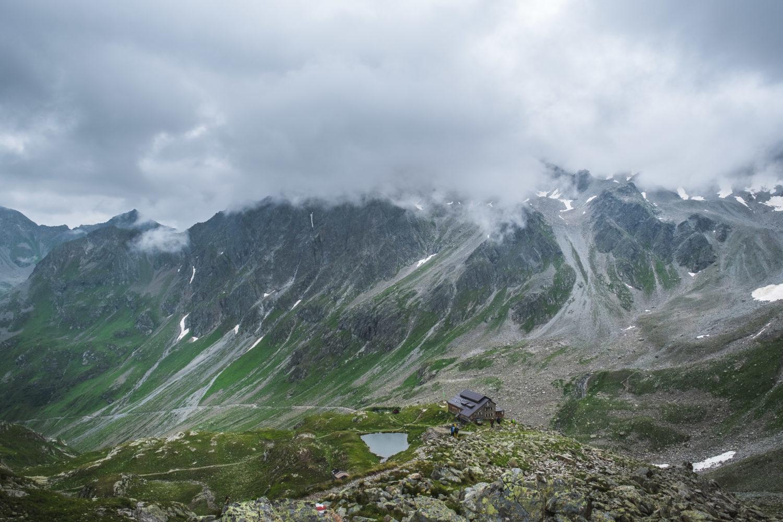 Panorama der Darmstädter Hütte mit Wanderern und umgebenden Bergen