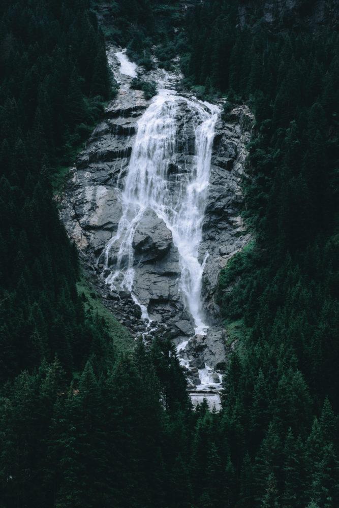 Wasserfall eingerahmt von Bäumen