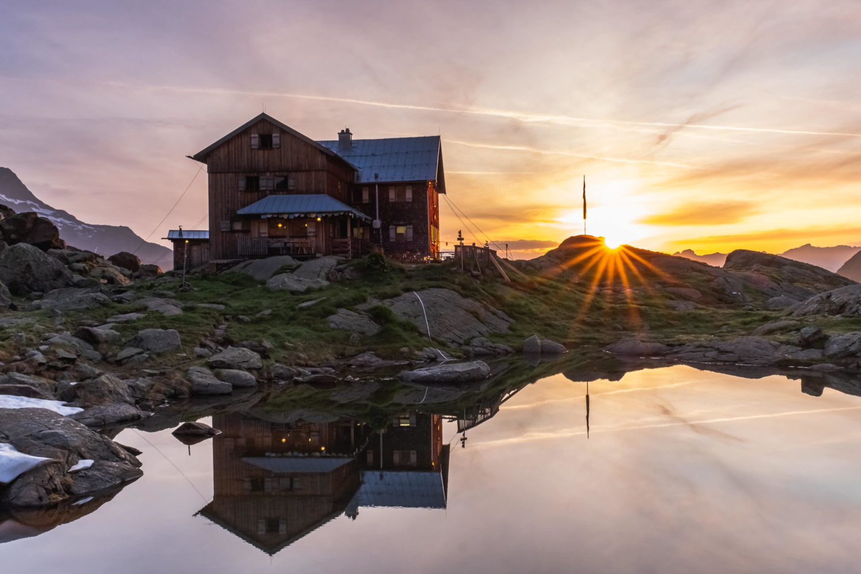Bremer Hütte mit aufgehender Sonne daneben