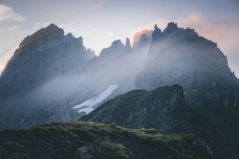 Kalkwand zum Sonnenaufgang mit Nebel davor