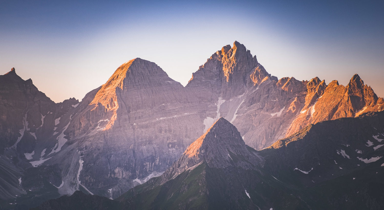 Schroffe Felswände auf dem Stubaier Höhenweg werden von der au