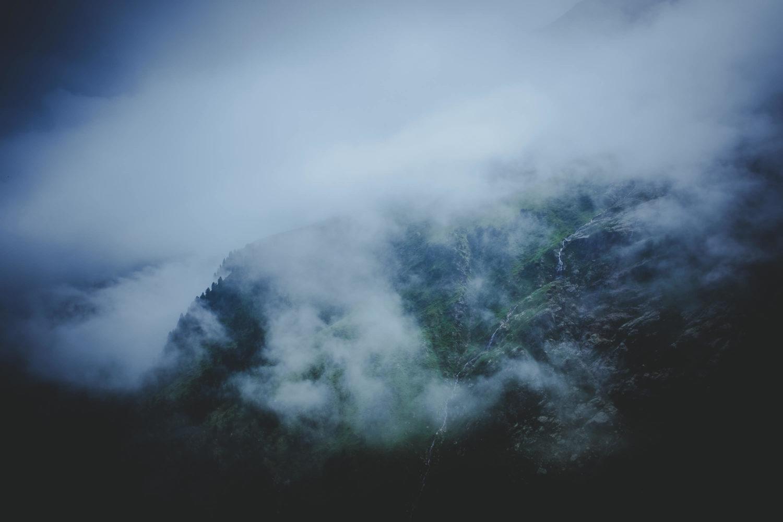 Wolkenverhangene Berghänge auf dem Stubaier Höhenweg