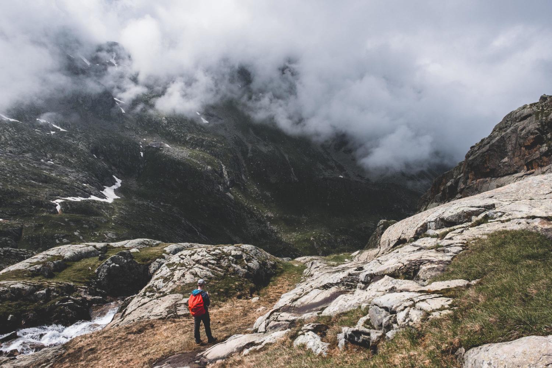 Wanderer auf dem Stubaier Höhenweg mit wolkenverhangenen Hänge