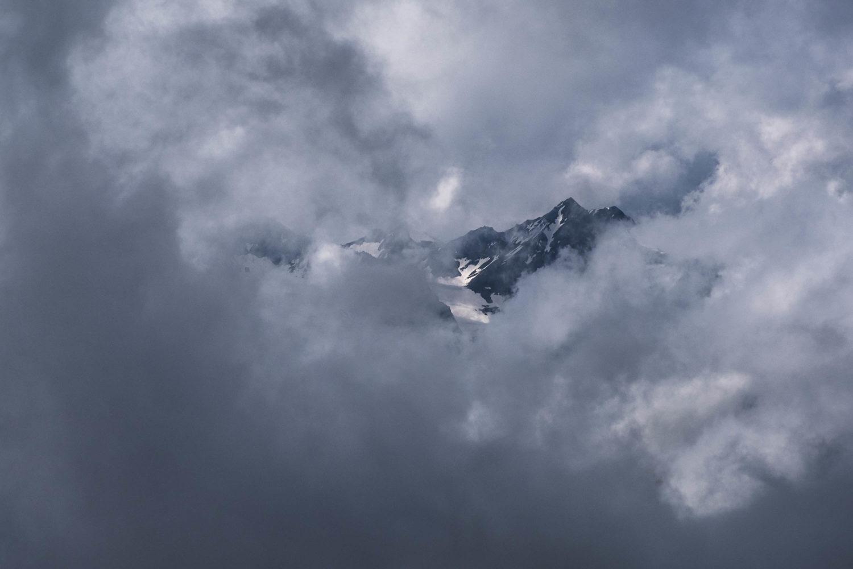 Bergspitzen blitzen durch die Wolkendecke