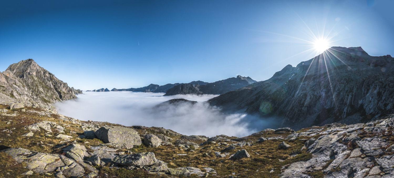 Bergpanorama bei strahlendem Sonnenschein über den Wolken