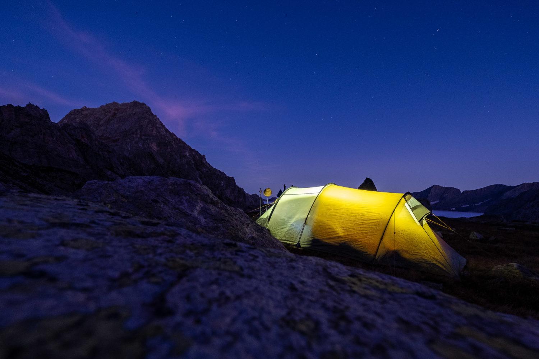 Beleuchtetes Zelt vor Bergkulisse