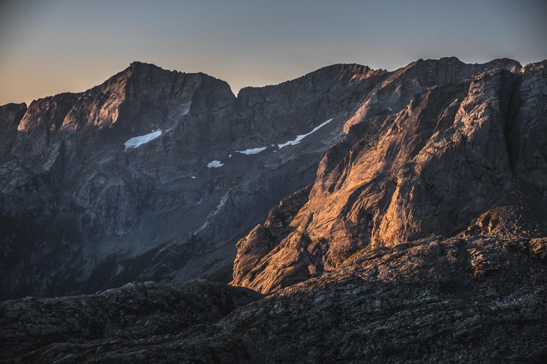 Felshang wird am Morgen von der Sonne beleuchtet